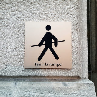 "Un panneau d'avertissement ""tenir la rampe"" - Image: 'Tightrope Walker' http://www.flickr.com/photos/29442760@N00/26333343311 Found on flickrcc.net"