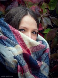 """Illustration : le visage d'une jeune femme dont on ne voit que les yeux par dessus son écharpe - Image: '""""Natural Beauty""""' http://www.flickr.com/photos/150998623@N06/45810491805 Found on flickrcc.net"""
