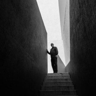 Illustrations : un homme entre deux étages, entre ombre et lumière - Image: 'Between worlds and ways of being' http://www.flickr.com/photos/131972734@N02/30716656295 Found on flickrcc.net