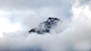 montagne apparaissant dans la brume - Photo by Laurenz Blickwedel on Unsplash
