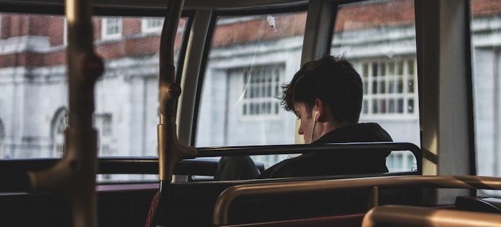 homme avec des écouteurs dans un bus - Photo by Rasheed Kemy on Unsplash