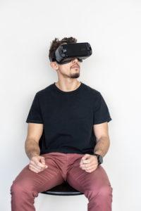 Illustration : un homem avec un masque de réalité viruelle - Photo by Adrian Deweerdt on Unsplash