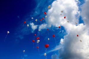 Des ballons en forme de cœur s'envollent dans le ciel - Image parPeggy und Marco Lachmann-Anke de Pixabay