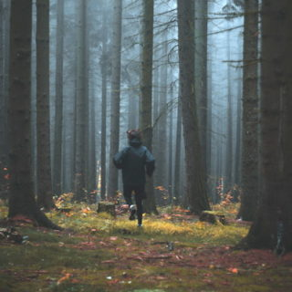 homme courant en forêt - Photo by Jakub Kriz on Unsplash