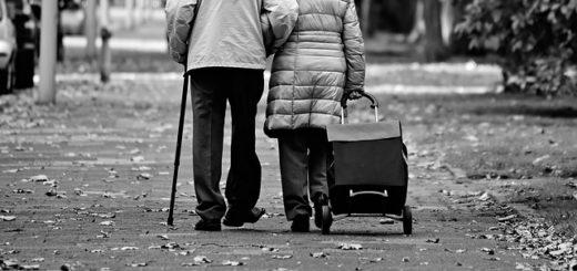 Illustration : personnes âgées allant faire les courses au bras l'un de l'autre - Image parMabel Amber, still incognito... de Pixabay