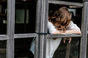 Illustration : une fille regarde par la croisée d'une ruine - photo de Priscilla Du Preez sur unsplash.com