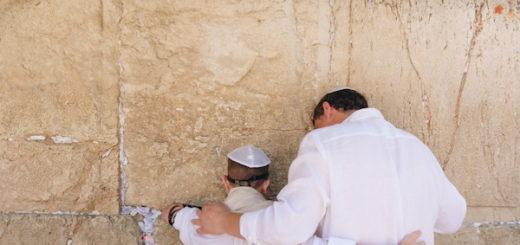 illustration : un père et son fils priant au mur des lamentations - Photo by Dave Herring on Unsplash