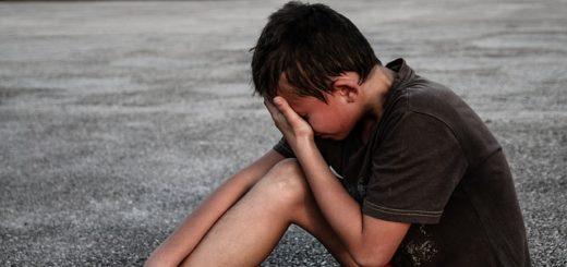 illustration : un garçon, assis à terre, pleure - Image parMichal Jarmoluk de Pixabay