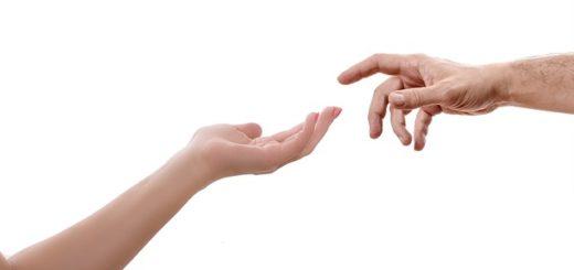 illustration : un photographie de deux mains humaines tendues l'une vers l'autre, comme dans la peinture de Michel Ange. Image parZhivko Dimitrov de Pixabay