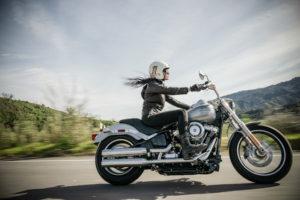 Illustration de liberté : une femme en grosse moto - Photo by Harley-Davidson on Unsplash