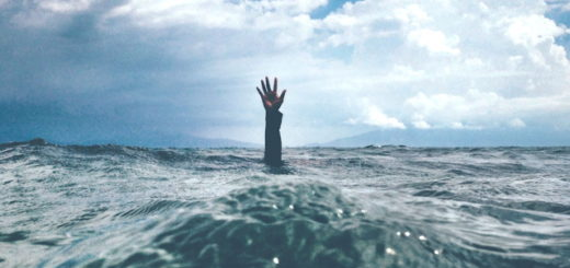 Illustration : une main sort de l'eau comme appelant à l'aide - Photo by nikko macaspac on Unsplash