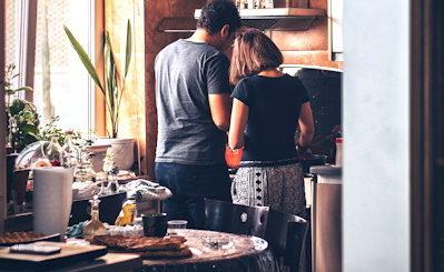 Un couple faisant la vaisselle ensemble - Photo by Soroush Karimi on Unsplash