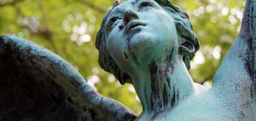 gros plan du visage de la statue d'un ange, représentant l'espérance en Dieu, dans un cimetière - Image parBirgit Böllinger de Pixabay