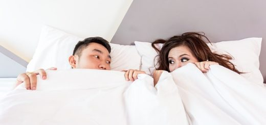 Illustration : un homme et une femme au lit se regardent - Image parSasin Tipchai de Pixabay