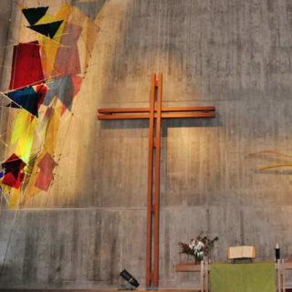 Une belle grande croix dans un temple protestant - photo Eglise Protestante de Genève