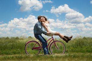 un couple sur un vélo - Image par Karen Warfel de Pixabay