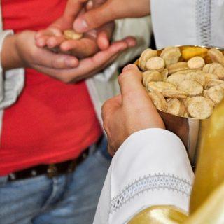 Un prêtre donne une hostie à une personne au cours de l'eucharistie catholique - Image parJoão Geraldo Borges Júnior de Pixabay