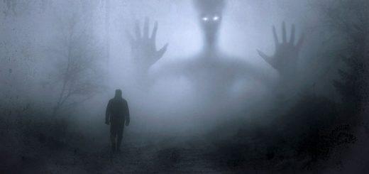 illustration : une personne marche dans la brume, une silhouette imaginaire semble la menacer - Image parStefan Keller de Pixabay