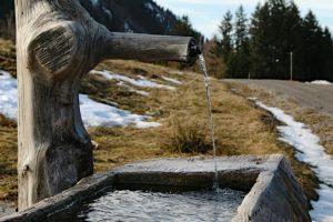 Illustration : une fontaine en montagne - Image parBernfried Schnell de Pixabay