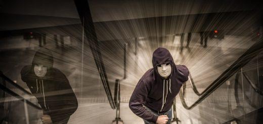 Illustration : un homme menaçant dans un escalier mécanique - Image parRudy and Peter Skitterians de Pixabay