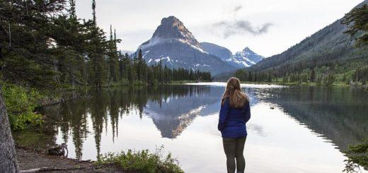 Illustration : une femme médite en regardant un lac de montagne - Image parskeeze de Pixabay