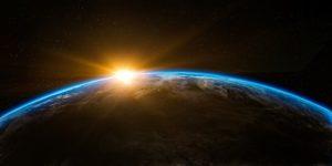 La terre vue d'un satellite, avec le soleil qui se lève derrière - Image parArek Socha de Pixabay