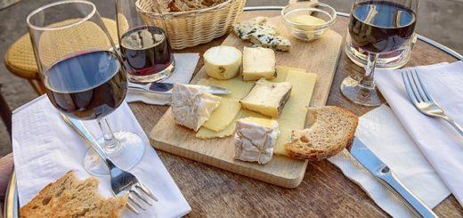 Illustration : unbon repas tout simple de pain, de fromage et de vin - Image parskeeze de Pixabay