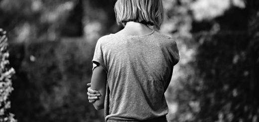 Une femme vue de dos, immobile - Image parMabel Amber, still incognito... de Pixabay