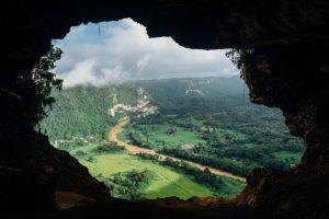 à travers un trou, vision d'un paysage avec une route qui serpente - Image par Free-Photos de Pixabay