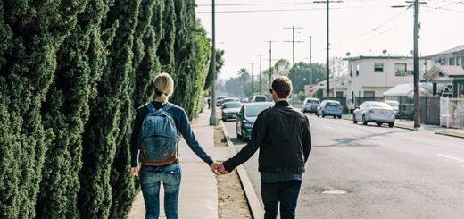 couple se tenant par la main et marchant sur le bord d'une route, assez éloignés l'un de l'autre - Image par Free-Photos de Pixabay