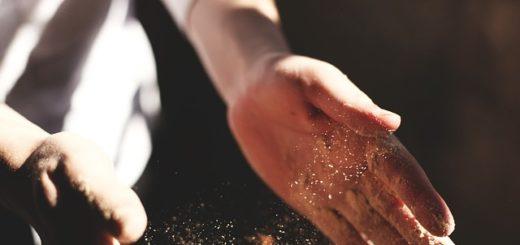 mains d'un menuisier avec de la sciure - Image par Free-Photos de Pixabay
