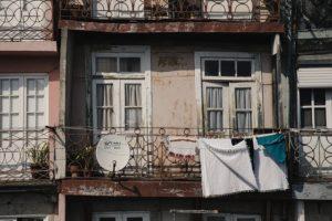 Une parabole d'un autre genre, installée sur un joli balcon au Portugal, l'usage de cette parabole-la étant au demeurant assez clair - Image par Mike Rasching de Pixabay