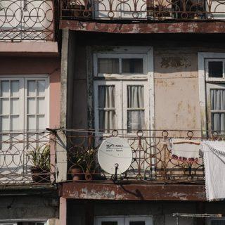 Une parabole d'un autre genre, installée sur un joli balcon au Portugal, l'usage de cette parabole là étant au demeurant assez clair - Image par Mike Rasching de Pixabay