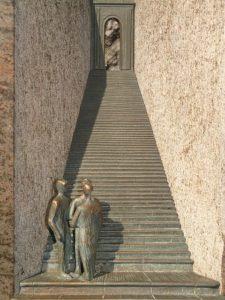 Une œuvre d'art représentant des personnes au pied d'un escalier menant vers une ouverture - Image par Hans Braxmeier de Pixabay