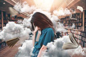 une femme méditative au milieux de livres avec de la brume et de la fumée - Image parJonny Lindner de Pixabay