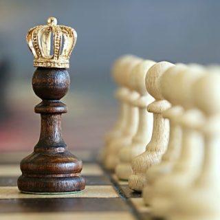 Un pion sur un échiquier, porte une petite couronne dorée - Image parklimkin de Pixabay
