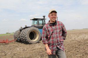 Un homme sort de son tracteur en plein champs - Image paranned de Pixabay