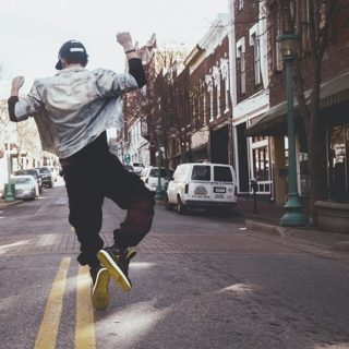 Un jeune homme a un pas de danse joyeux dans une rue - Image parFree-Photos de Pixabay