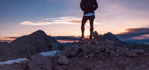 Un randonneur regarde le lever du jour en montagne - Image parFree-Photos de Pixabay