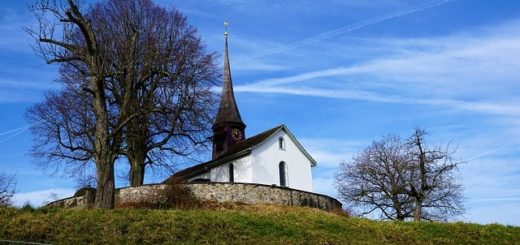 petite chapelle au sommet d'une colline se détachant sur le ciel bleu - Image par photosforyou de Pixabay