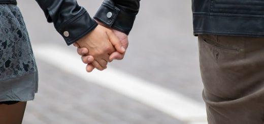 deux personnes marchent en se tenant par la main - Image par birgl de Pixabay