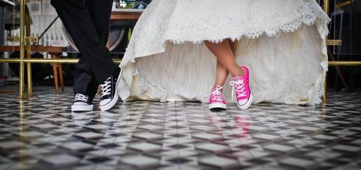 Jambes des marié.es avec des jolies baskets - Image par nihan güzel daştan de Pixabay