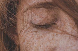 L'œil fermé d'une femme et ses cheveux - Image parMohamed Chermiti de Pixabay