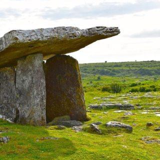 un dolmen, comme une tombe préhistorique - Image par KWHacbc de Pixabay