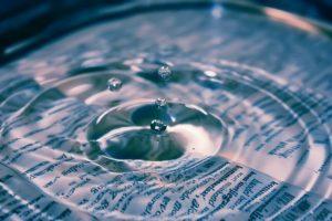 une page de texte sous une eau avec des vaguelettes - Image par Janeke88 de Pixabay