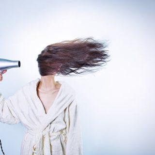 une femme souffle sur sa tête avec un puissant sèche cheveux - Image parRyan McGuire de Pixabay