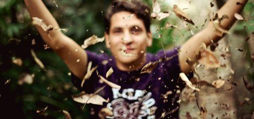 illustration : jeune homme dans des feuilles d'automne - Image par Free-Photos de Pixabay