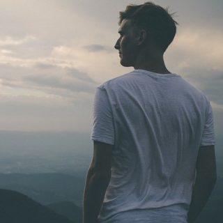 un homme debout sur une hauteur, regarde le paysage - Image parFree-Photos de Pixabay
