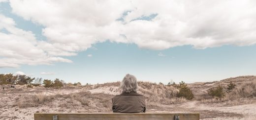 dame âgée assise sur un banc, seule - Image par Free-Photos de Pixabay