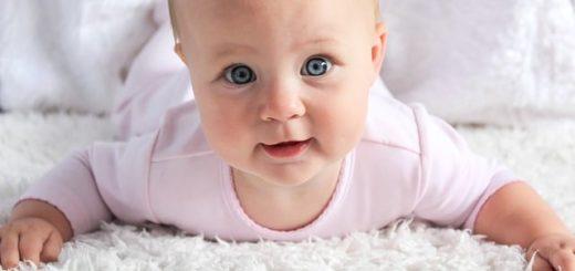 fillette mignonne aux yeux bleus - Image paramyelizabethquinn de Pixabay